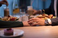 Пары на романтичном обедающем на ресторане стоковые изображения