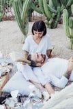 Пары на романтичном положении даты на одеяле пикника Стоковые Изображения