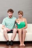 Пары на софе с remote TV Стоковое Фото