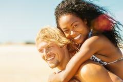 Пары на солнечном пляже в лете в каникулах стоковое изображение rf