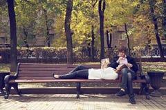 Пары на стенде с книгой Стоковое Фото