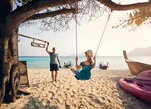 Пары на тропическом пляже Стоковая Фотография