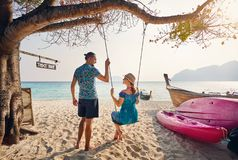 Пары на тропическом пляже стоковое изображение rf