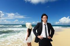 Пары на тропическом пляже стоковые изображения