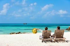Пары на тропическом пляже Стоковые Изображения RF