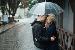 Пары на улице с зонтиком стоковые фотографии rf