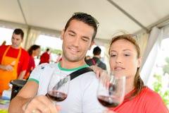 Пары на фестивале вина стоковая фотография rf