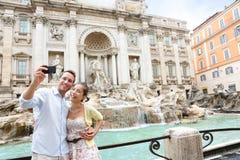 Пары на фонтане Trevi, перемещение Selfie Рима Италии Стоковая Фотография