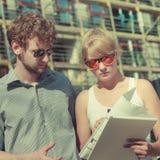 Пары на фронте нового дома с светокопией проектируют Стоковые Фото