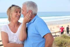 Пары на фронте пляжа Стоковое Изображение RF