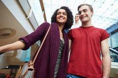 Пары на эскалаторе в торговом центре совместно Стоковое Изображение