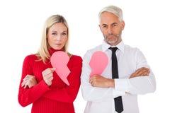 Пары не говоря держащ 2 половины разбитого сердца Стоковые Изображения RF
