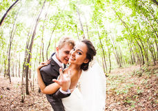 Пары новобрачных идя шальной Groom и невеста Стоковое Изображение