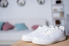 пары новых белых ботинок на деревянном столе Стоковое Фото