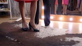 3 пары ног женщин в ботинках пятки в магазине перед зеркалом акции видеоматериалы