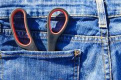 Пары ножниц в карманн голубых джинсов Стоковое Фото