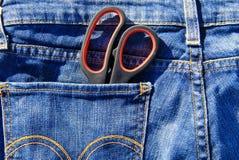 Пары ножниц в карманн голубых джинсов Стоковые Изображения