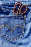 Пары ножниц в карманн голубых джинсов Стоковое Изображение RF