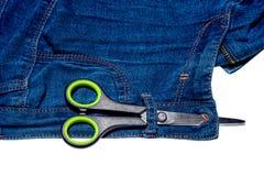 Пары ножниц и голубых джинсов и молнии изолированных на белой предпосылке Стоковое Фото