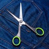 Пары ножниц и голубых джинсов Стоковые Фото