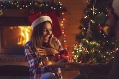 Пары обменивая подарки на рождество стоковые изображения rf