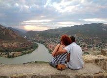 Пары обнимать на платформе обзора монастыря Jvari стоковые фотографии rf