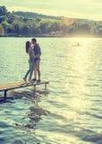 Пары обнимают на пристани Стоковая Фотография
