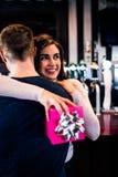 Пары обнимая в баре Стоковая Фотография