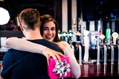 Пары обнимая в баре Стоковые Фотографии RF