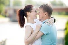 Пары обнимая в улице Стоковое Фото