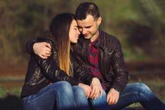 пары обнимая влюбленность Стоковая Фотография