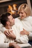 Пары обнимая дома Стоковые Фото
