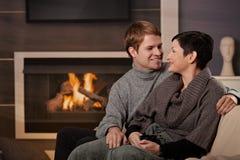 Пары обнимая домой Стоковая Фотография