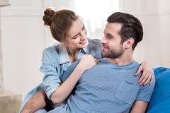 пары обнимая детенышей Стоковые Фото