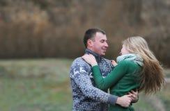 Пары обнимая и имея Стоковая Фотография RF