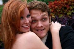 Пары обнимая и смеясь над Стоковое Изображение