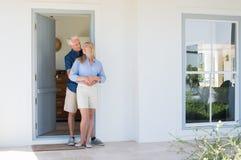 Пары обнимая на двери Стоковое Фото