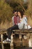 Пары обнимая на доках озера стоковые фотографии rf