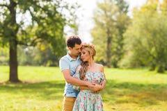 Пары обнимая на природе Молодой романтичные человек и женщина стоя и обнимая один другого с нежностью outdoors Молодые Стоковое фото RF