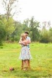 Пары обнимая на природе Молодой романтичные человек и женщина стоя и обнимая один другого с нежностью outdoors Молодые Стоковые Фото