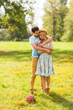 Пары обнимая на природе Молодой романтичные человек и женщина стоя и обнимая один другого с нежностью outdoors Молодые Стоковое Изображение