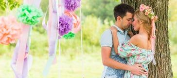 Пары обнимая на сельской местности Молодой романтичные человек и женщина стоя и обнимая один другого с нежностью дальше Стоковое Изображение