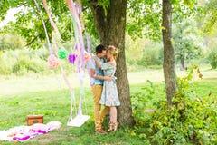 Пары обнимая на сельской местности Молодой романтичные человек и женщина стоя и обнимая один другого с нежностью дальше Стоковые Изображения RF