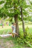 Пары обнимая на сельской местности Молодой романтичные человек и женщина стоя и обнимая один другого с нежностью дальше Стоковое Изображение RF