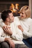 Пары обнимая дома Стоковые Изображения