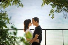 пары обнимая парк Стоковые Изображения RF