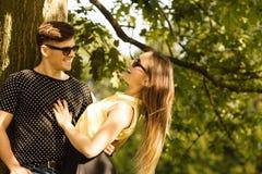 Пары обнимая под деревом Стоковые Изображения