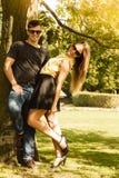 Пары обнимая под деревом Стоковые Изображения RF