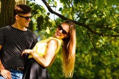 Пары обнимая под деревом Стоковое Изображение