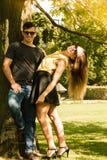 Пары обнимая под деревом Стоковая Фотография